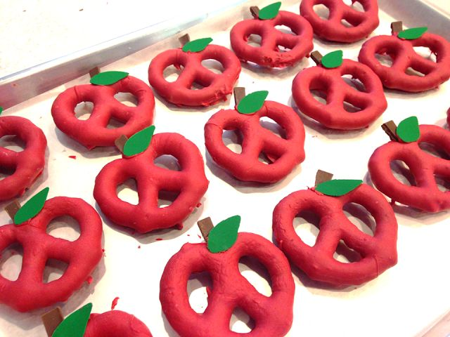 If you are looking for a yummy back to school treat to give your students, parents, coworkers or even your own kids' teachers, these apple pretzels are really easy I promise!!