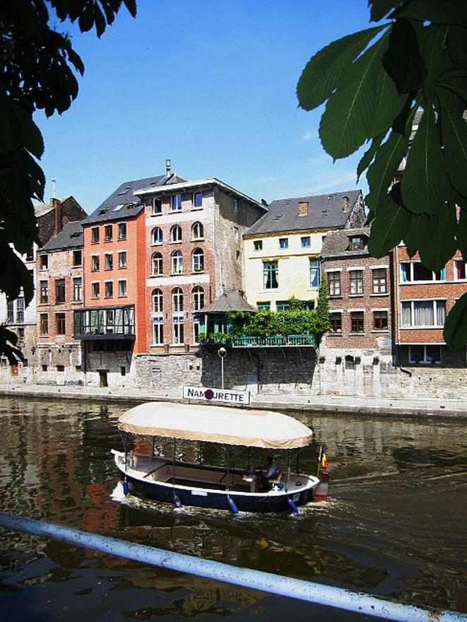 De rivieren de Samber en de Maas zijn erg belangrijk voor #Namen: de stad ligt namelijk op de samenvloeiing van de twee wateren. #boottrip #boatride #Namur #citytrip