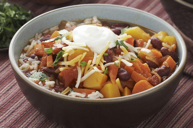 Découvrez toute la puissance des légumes dans ce chili végétarien composé, entre autres, de courge musquée, de carottes, de poivrons et de tomates.