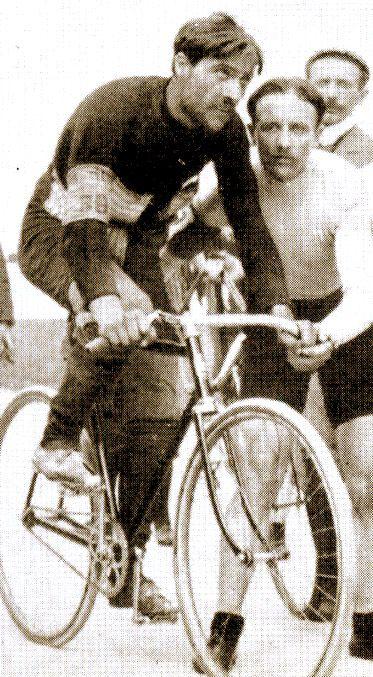 1903 13/7 rit 5 Nantes > Fernand Augereau franchit 4ème la ligne d'arrivée en larmes et se dit victime d'une agression de la part de Maurice Garin, et remonte néanmoins à la 3ème place du classement général
