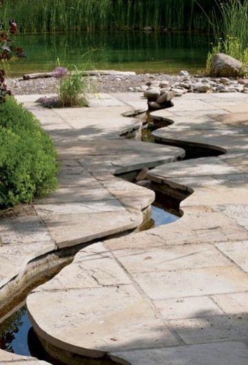 A stream in the garden. Strumień w ogrodzie - W piaskowcu wykuto romantycznie wijący się strumyk.