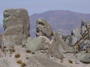 Marcahuasi, un bosque de piedras en las alturas.  Por la insólita posición de las figuras de Marcahuasi, todo el conjunto podría haber sido un preciso reloj astronómico como sucede con las líneas de Nazca, cierto o no, cada año llegan miles de personas atraídas por la energía que transmiten estas piedras .