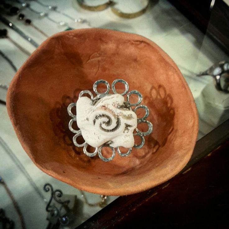 Κοσμήματα από μάρμαρο.   Handmade silver hammered ring with marble.