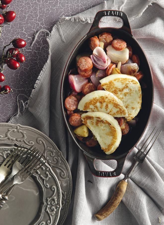 Σαγανάκι με φορμαέλα, κρεμμύδι και λουκάνικο