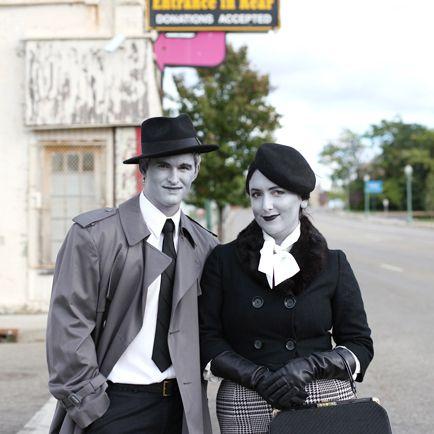 •Acteur de vieux film silencieux en noir et blanc  Du linge noir, gris et blanc, avec du maquillage blanc et noir et de la poudre de talc dans les cheveux et voilà, vous êtes un acteur de vieux film silencieux! C'est encore mieux si c'est du linge style année 1930!