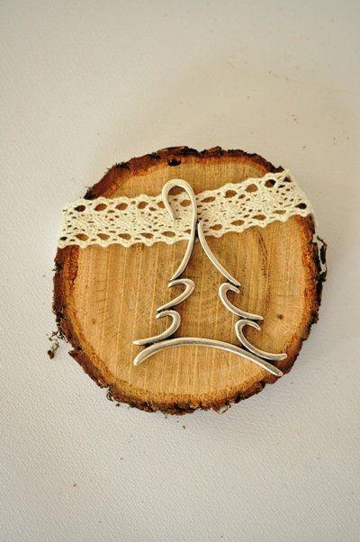 Πρωτότυπο γούρι 2016 σε vintage ρυθμούς - Κορμός δέντρου με δαντέλα και μεταλλικό διακοσμητικό. Χειροποίητη συσκευασία δώρου.