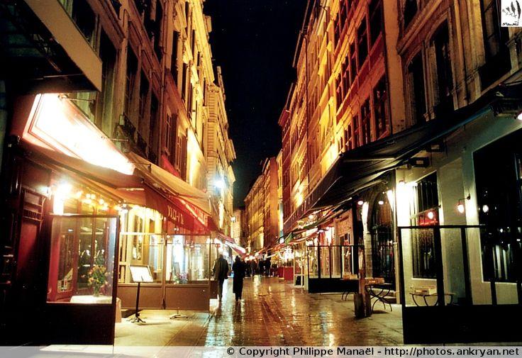 Rue Mercière (Lyon, Rhône-Alpes). Avec ses boutiques et ses nombreux restaurants, elle est animée de jour comme de nuit. D'orientation nord-sud, elle relie la place des Jacobins à la place d'Albon
