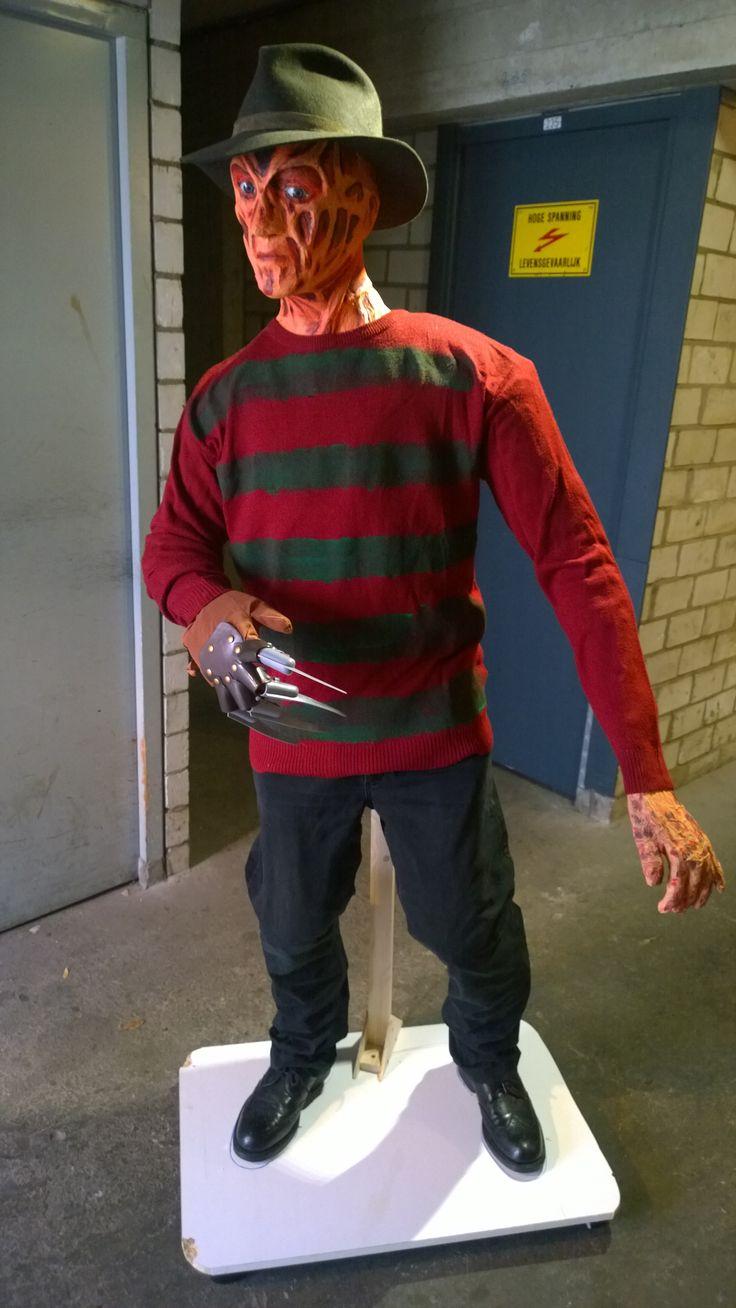 Freddy Krueger real life size gemaakt van duct tape, purschuim en meer. Volledige info is te vinden op http://creatiefmetpapiermache.blogspot.nl/2015/10/creating-full-body-freddy-krueger.html