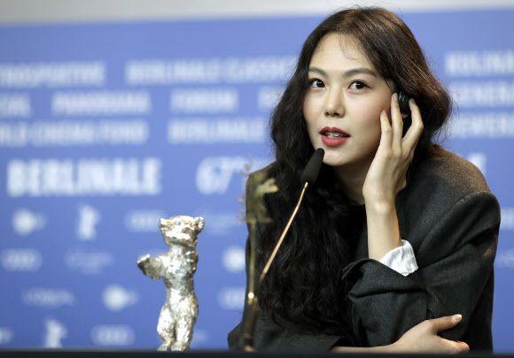 김민희 베를린 - MinHee Kim at 2017 Berlin film festival Best Actress 스캔들이고 뭐고 지금까지 본 김민희 중 제일 이쁜 듯.