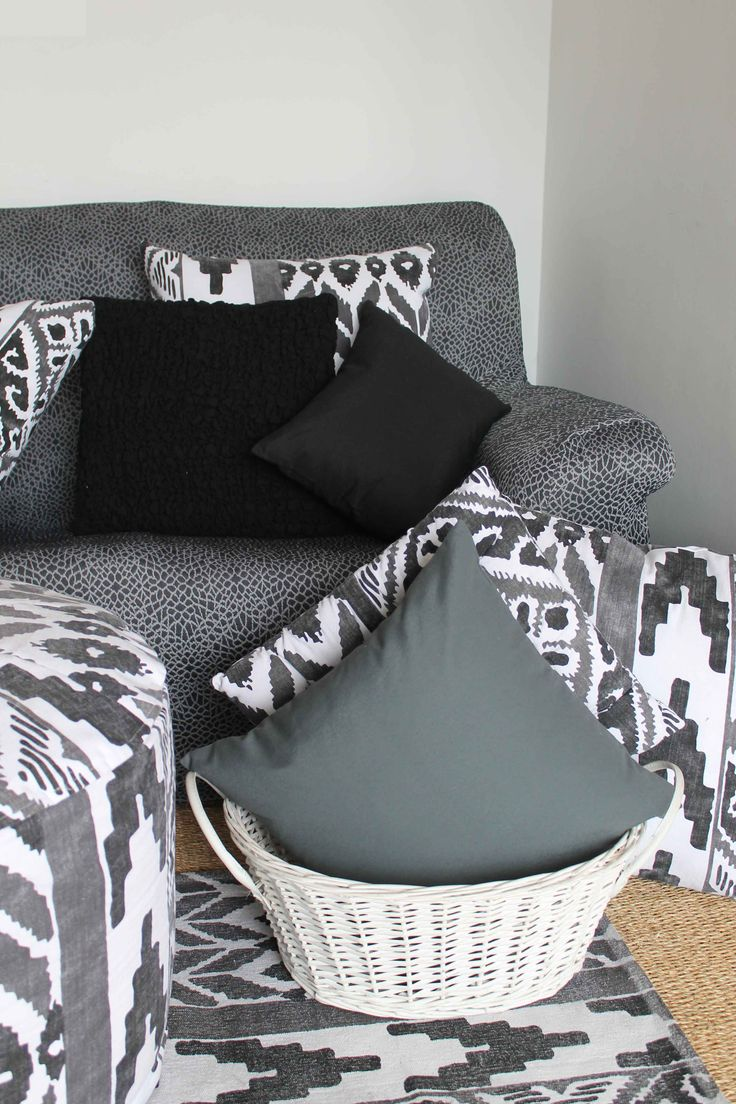 sof negro con cojines y alfombras tnicasblack sofa with cushions and ethnic carpets