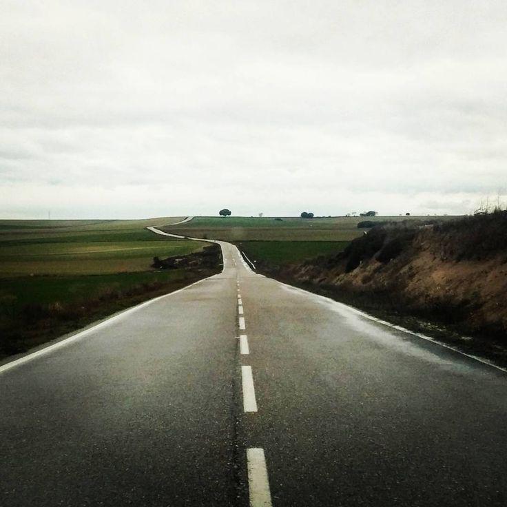 Qué bonito es conducir por carreteras segovianas! #destino #valladolid #atardecer #segovia #lavilladefuentidueña #fuentidueña #fuentesauco #conducir #megustaconducir #viajes #viajar #laratonaviajera #soyviajes #ilovetraveling #porlacarretera by laratonaviajera
