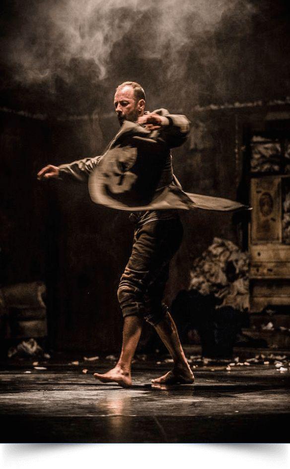 La compañía Losdedae presenta EL CÍNICO. Idea Original y Coreografía de Chevi Muraday, textos de Pablo Messiez y dirección de Escena de David Picazo.