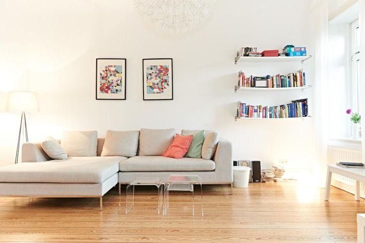 Schones Helles Wohnzimmer Mit Bucherboard Eckcouch Und Farbigen