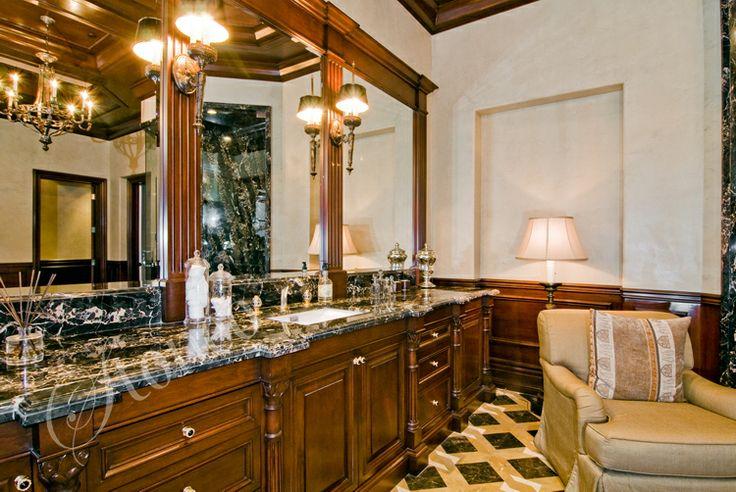 Łazienka z czarnymi marmurowymi blatami