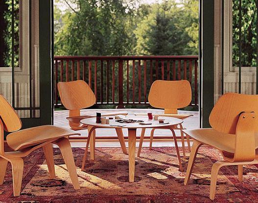 PLYWOOD EAMES Estas sillas de madera laminada moldeadas y originales, son un clásico y objeto del reconocimiento en la revista Time como El mejor diseño del siglo XX. Al esculpir un asiento y un respaldo que se adaptara a los contornos del cuerpo humano, los hermanos Eames diseñaron una silla totalmente cómoda apta tanto para oficinas como para el hogar. Un ícono del diseño que funciona en oficinas gerenciales, áreas colaborativas e incluso recepciones.
