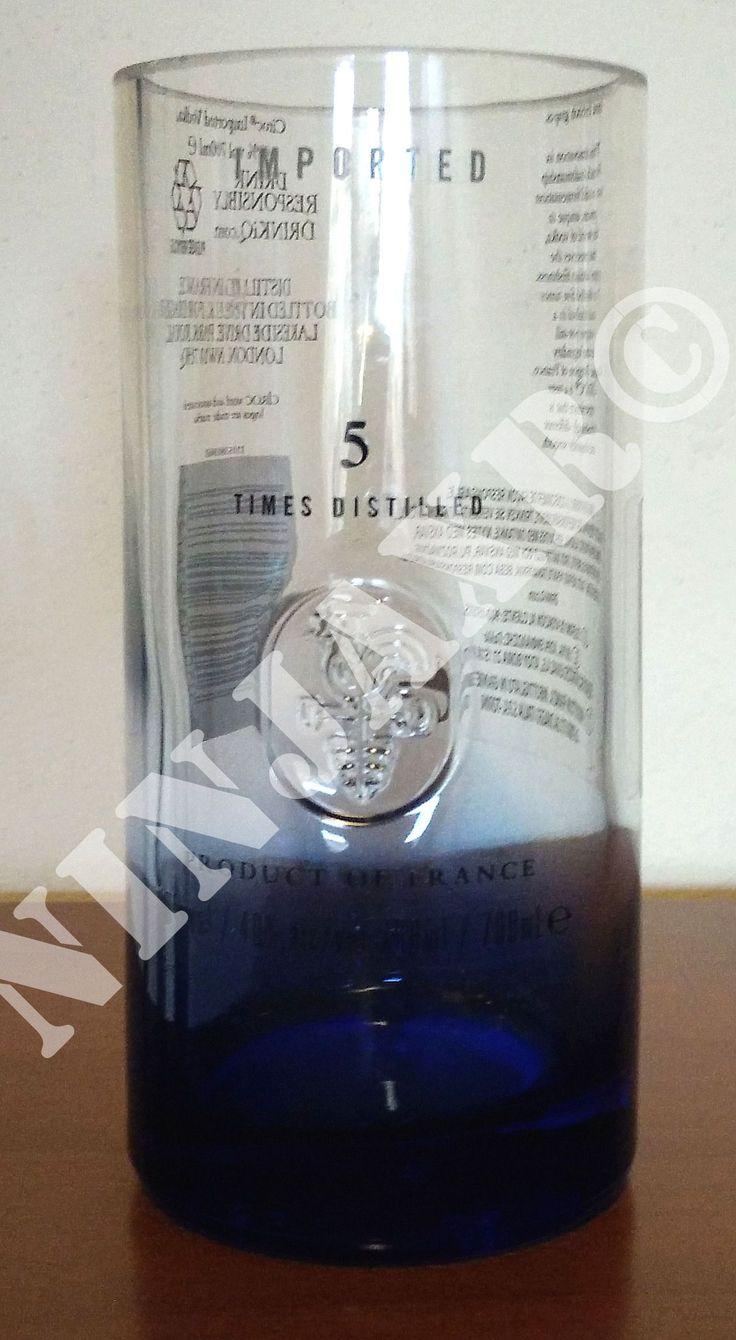 Bicchieri ottenuti tagliando le bottiglie di Vodka Ciroc da 0,7 L. Il taglio e la realizzazione sono artigianali, pertanto sarà impossibile trovarne altri identici, mantenendo un particolare riguardo per il riciclo creativo. I bordi sono molati e lucidati e quindi in nessun modo possono tagliare. Il fondo del bicchiere è nel tipico colore sfumato blu (simbolo di questa famosa marca di liquori) e sulla parte frontale, in rilievo, è presente il simbolo della casa francese.