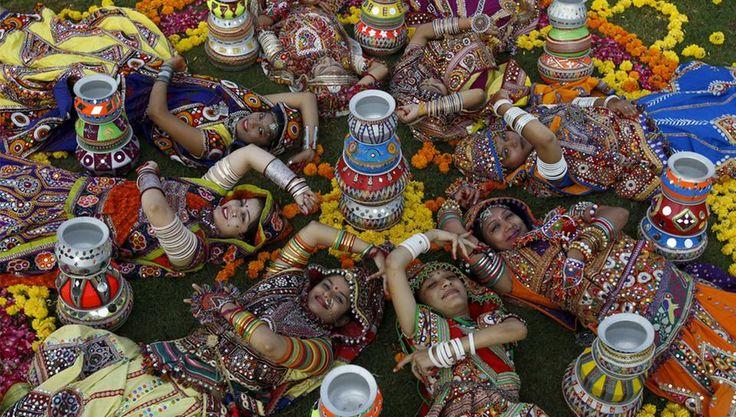 Frauen in traditioneller Kleidung posieren für ein Foto.