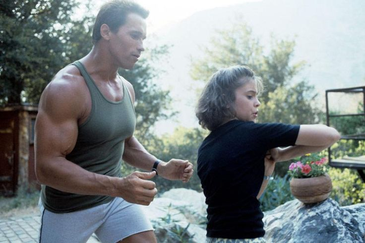 Arnold Schwarzenegger and Alyssa Milano on set in the movie Commando. 1985 http://ift.tt/2yuKaqy