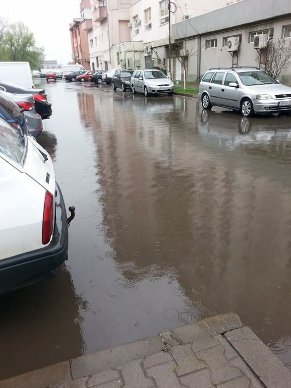 """Fotografii de la cititori: Proasta canalizare stradala din Focsani a facut din oras un loc de """"plutit"""" cu barca...."""