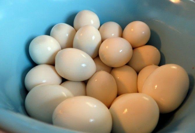 A főtt tojás pucolása szokott bosszúságot okozni - jó-jó, nem akkora probléma, de miért ne tegyük még könnyebbé? Ráadásul ilyen rendhagyó módon.