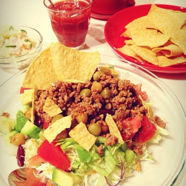 ご飯の上に牛挽肉、お豆、レタスやアボカドにトマトを乗せてサルサソースをお好みで〜✩⃛꒰⁎⁍̴◡⁍̴⁎ ॢ꒱ - 159件のもぐもぐ - メキシカンタコライス by いくえ