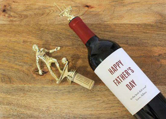 父の日のギフトの考え:トロフィーワインストッパー付きワインボトル+印刷可能なラベル