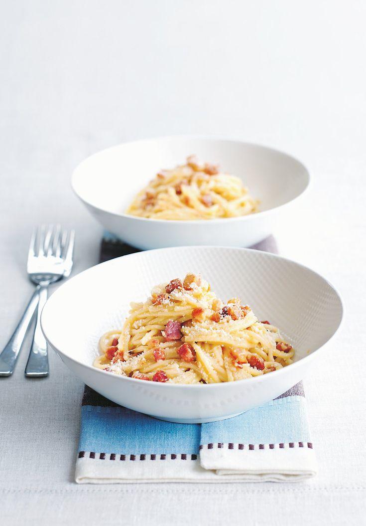 La véritable carbonara se prépare avec de la guanciale, élaborée avec de la joue de porc séchée et salée. Vous la trouverez dans les boutiques de produits italiens. À défaut, optez pour la pancetta plutôt que pour les lardons.