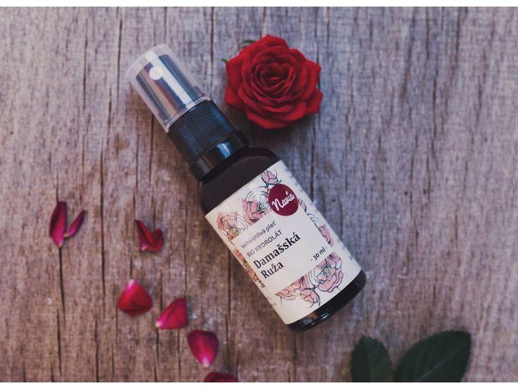 Květová voda z damašské růže intenzivně hydratuje pleť, redukuje kruhy pod očima a má protizápalové účinky. Neobsahuje alkohol a konzervanty.   Na výrobu této vody se používají růže sbírané v brzkých ranních hodinách, kdy mají nejsilnější vůni.  Damašská růže je známá svými  regeneračními účinky , zlidňuje začervenání pleti a  zpomaluje tvorbu vrásek .