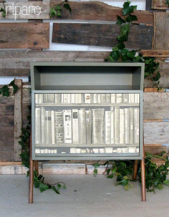 papel de parede a imitar uma estante de livros