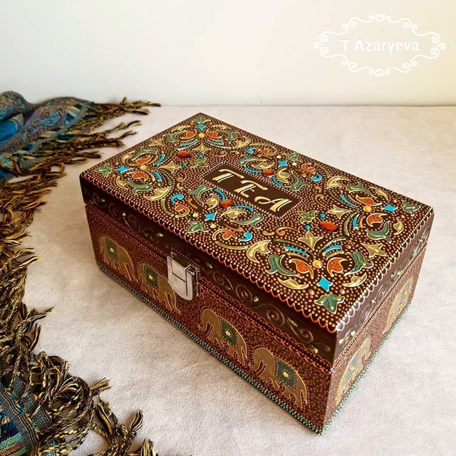 This Tea box is absolutely gorgeous in real and looks very rich! The floral pattern on the top was inspired by the tea plantations of India and of course my favorite elephants 🐘🌿 12 elephants on sides will be lucky to live in YOUR kitchen ❤ There are 6 compartments for tea bags inside ☕ $115 CAD Update: SOLD ✔ ___ Фото сделано по-быстрому и в походных условиях )) Но шкатулка вживую смотрится очень богато: растительный орнамент на крышке, видимо, навеян с чайных плантаций 🌿 12 слоников на…