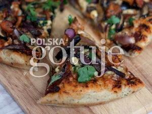 Pizza z leśnymi grzybami i karmelizowaną cebulą