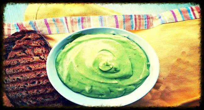 Questa maionese di avocado di un invitante color pastello, è da provare. Liscia acidula, ma delicata, che non ha niente da invidiare alla classica maionese.