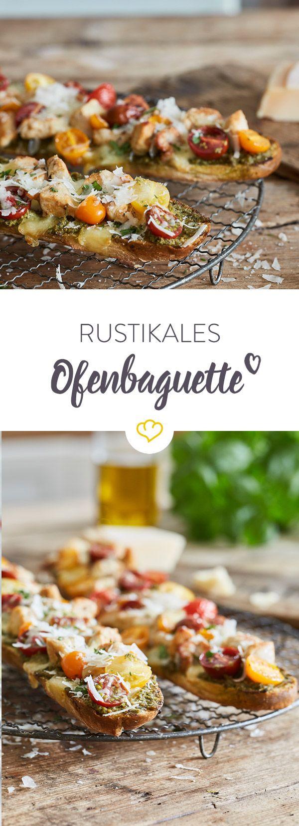 Mit Pesto, Tomaten und Hähnchenbrust belegt, ist dieses mit Mozzarella überbackene Ofenbaguette nicht nur ein schneller Feierabendgenuss.