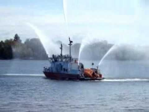 """Philadelphia Fire Department """"Independence"""" fire boat - YouTube"""