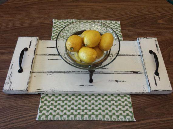 Plateau de Table basse. Table des styles décoratifs ferme plateau de service. Blanc en détresse. Décor rustique.