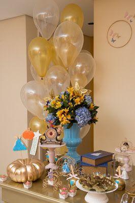 Festa com tema Cinderela para aniversário de menina. Balões de gás hélio e uma abóbora pintada de dourado...