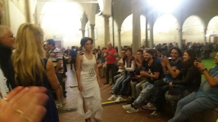 Sfilata di gioielli realizzati dagli allievi di 5C, indossati da allieve. Chiostro di Sant'Agostino, Pietrasanta. Liceo artistico Stagi, 9 giugno 2016.