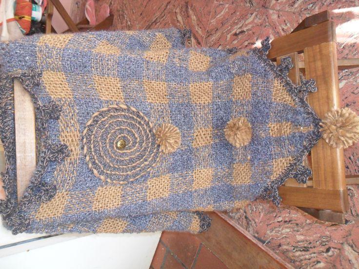 poncho en telar triangular con pompones