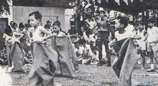 I'm sure most of us have participated in a sack race during our primary school days! No matter how long ago, sack racing is a children's activity unforgotten!  #sgmemory #archivingsg