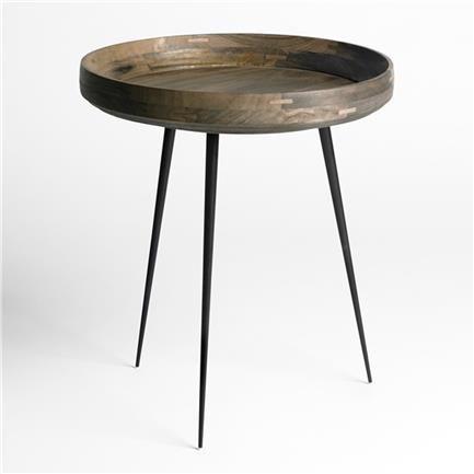 Mater Bowl table sidebord i bærekraftig naturlig mangotre med grå finish og stålben fra Mater. H: 52,5 cm. Dia:. 46 cm. Design: Ayush Kasliwal.