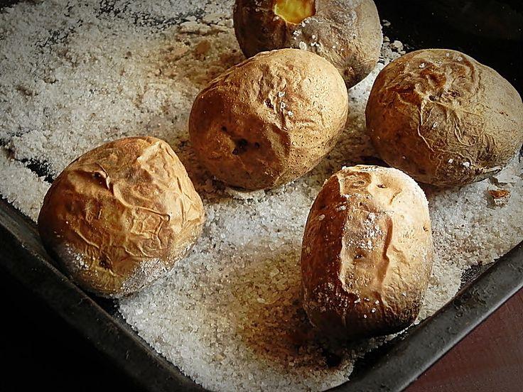 Mod de preparare Cartofi Byron: Cartofii in coaja se spala foarte bine, apoi se pun intr-o tava in care am pus un strat generos de sare. Se da tava la cuptor pentru aproximativ 1 ora, pana cartofii sunt copti. Ii incercati cu o furculita. Cartofii copti se taie in doua,…