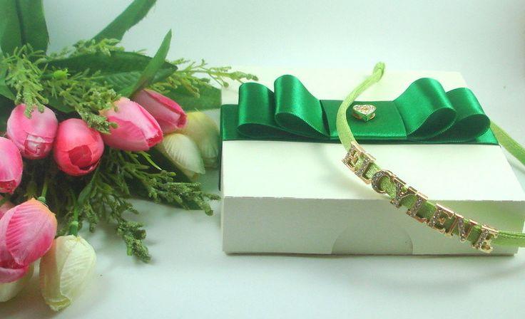 Tiara personalizada com aplicação de letras douradas e strass. <br>Acompanha embalagem para presente. <br>Um mimo especial e diferente!! <br>Cores a escolha!
