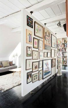 cloison amovible chambre de mur blanc avec des peintures accrochées