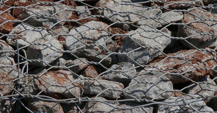 Como construir uma caixa / gaiola de pedras para paisagismo. Um gabião é uma gaiola de arame estrutural ou decorativa cheia de pedras. Elas ficam mais fortes conforme envelhecem, diferentemente da maioria dos objetos de pavimentação, pois as pedras se assentam com o tempo. Apesar de paisagistas o terem usado como muros de arrimo e outras estruturas para prevenir erosão, gabiões independentes em vários ...