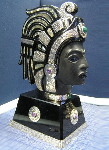 Cabeza decorativa de plata y piedras preciosas