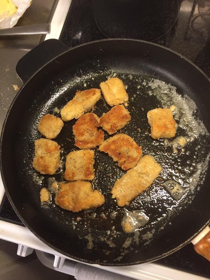 Alaska Pollock filé-bitar panerade i mjöl/salt/svartpeppar, ägg/färskpressad citron samt ströbröd/citronpeppar/salt/nymalen vit- och svartpeppar. Sedan stekta i rejält med riktigt smör på låg värme i gjutjärnspanna!😀👍🍴🍽😬👨👩👧🙈  #alaskapollock #fisk #mjöl #ägg #ströbröd #citron #citronpeppar #gjutjärnspanna #salt #svartpeppar #vitpeppar #husman #husmanskost #foodporn #matporr #vardagsmat #masseskök #matförbarn #KingofHashtags
