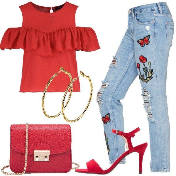 Jeans modello boyfriend strappati e con ricami, abbinati ad una blusa rossa con volants. La borsa di piccole dimensioni è rossa con catenina dorata, i sandali con il tacco sono rossi e semplici. Gli orecchini sono dei grandi cerchi dorati.