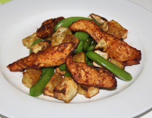 Een spicy en toch ook lichtzoet gerecht: cajunkip met geroosterde zoete aardappelblokjes en sugarsnaps. Zalig met die pittige cajunkruiden!