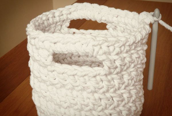 Free crochet pattern: chunky crochet storage tubs