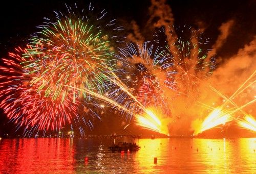 宮津燈籠流し花火大会 /  2014年8月16日 7:00 〜 9:00 PM /  日本三大燈籠流しの一つで江戸時代から続く伝統行事で1924年に現在の形になりました。精霊船と約1万個の紅白の追っ掛け燈籠が海面を漂い、約3,000発の打上げ花火も見ごたえ十分です。